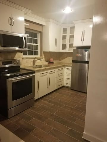 2 bedroom apartment- big kitchen & private balcony - Alamo - Apartamento