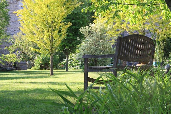 Chambre au jardin La Terre Pimprenelle - Alboussière - Bed & Breakfast