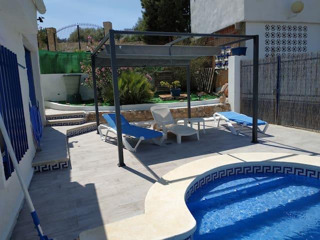 maison avec piscine privée sur terrain cloturé