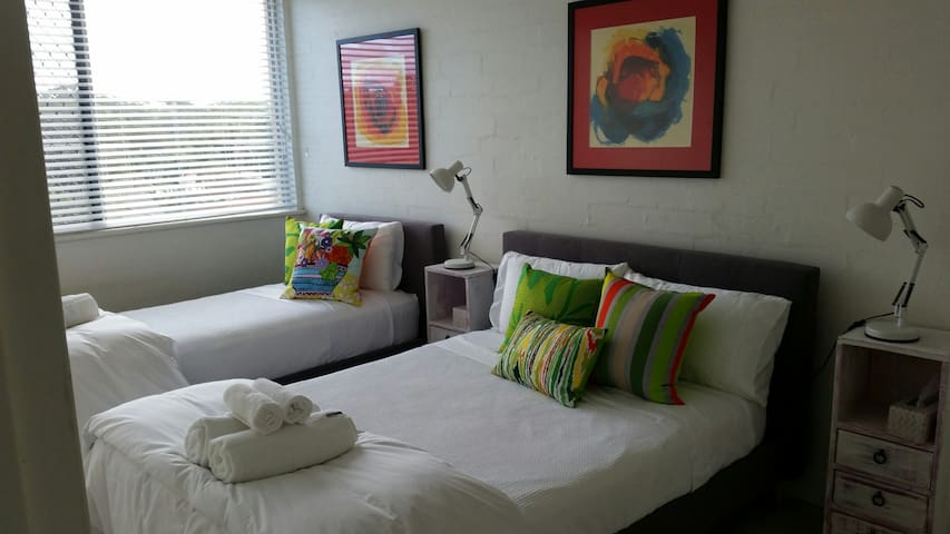 Lovely Flynns Beach -double and single bed in room