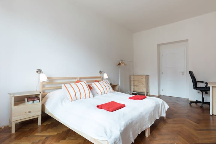 Lovely, spacious room 15 minutes from the Old Town