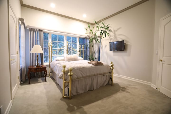 Serene Private Bedroom+Bath in Villa. Prime area.