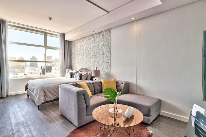 Modern 13th Floor Studio in the Heart of the City