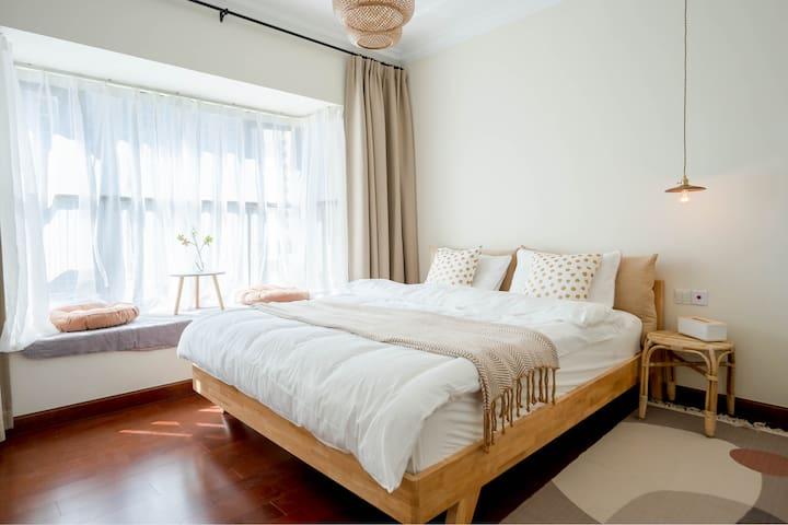主卧室有一张1.8m的大床,独立弹簧静音乳胶床垫,全水洗棉的床品。大大的朝南的飘窗,天气好的时候阳光洒进飘窗让人觉得特别温暖。