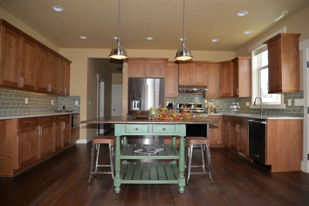 The fully equipped gourmet kitchen has gas range, quartz countertop & stainless appliances
