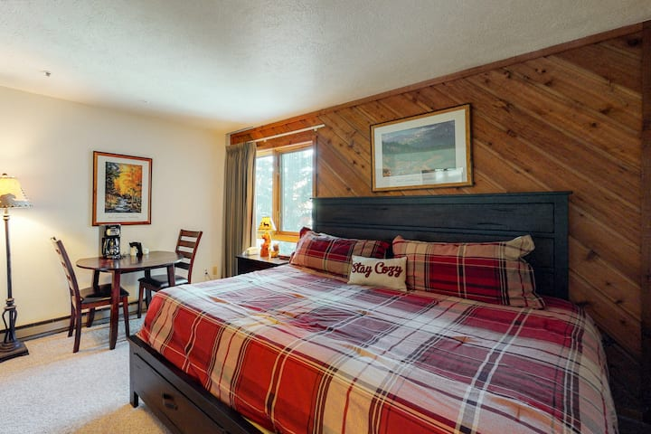 In-town studio near Peak 9 w/ shared pool, hot tubs & gym - walk to lifts!