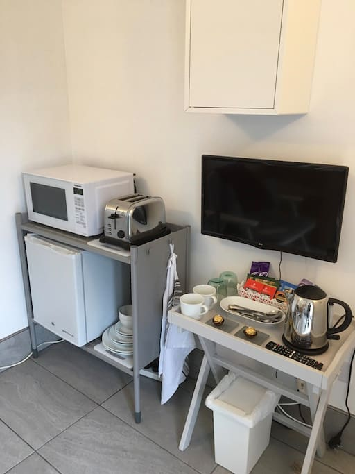 Facilities, fridge, microwave, toaster, kettle, crockery + cutlery
