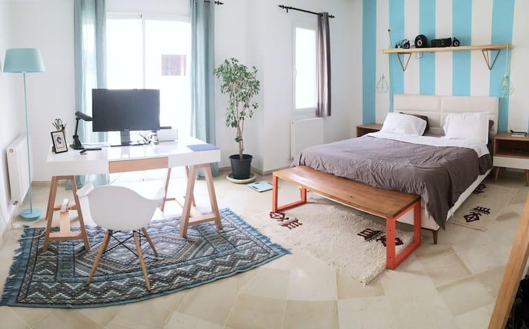 Main Bedroom and office / bureau et chambre à coucher principale
