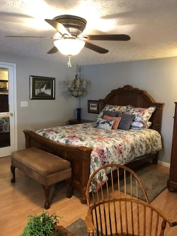 Studio with queen bed pvt bath, kit'nette & porch