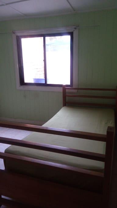 Habitación. Cama plaza y media