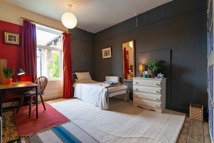 Comfortable room in spacious Victorian house