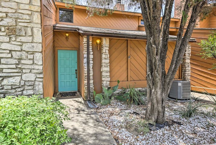 This charming vacation rental condo is minutes from Jacob's Well and more.