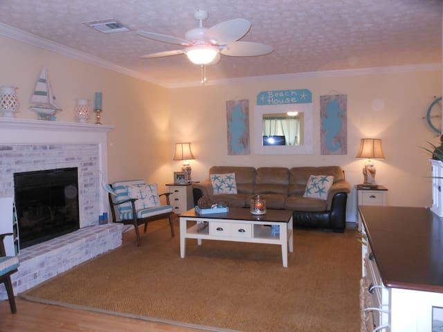 3 bed/3bath, 1 mile from Beach, Newly redecorated - Hobe Sound