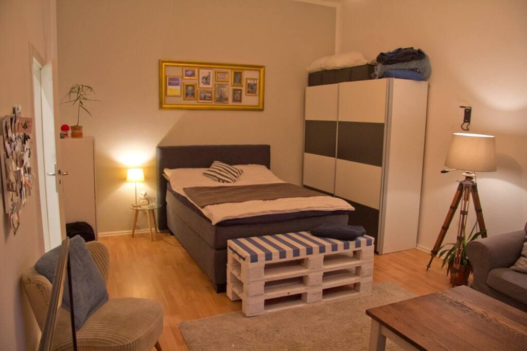 Wohn- & Schlafzimmer mit Boxspringbett