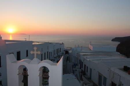 Un balcon sur la mer Egée SIFNOS CYCLADES KASTRO - Milos - Hus