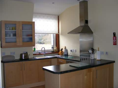 Self contained 2 bed flat, Cults AB15 Parking Wifi