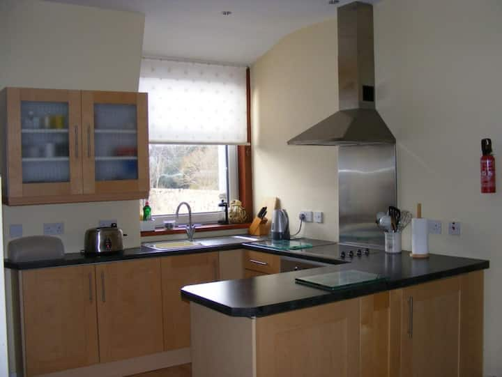 2 bedroom upper flat, Cults AB15 Parking Wifi