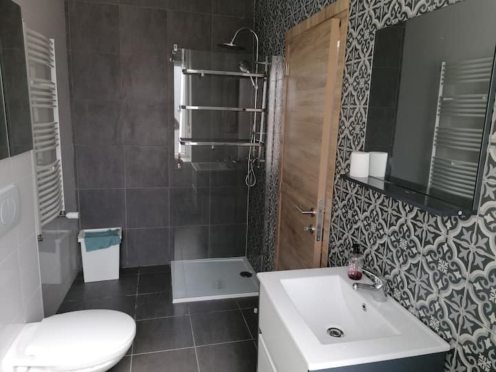 Cosy room (private bathroom) close to the city