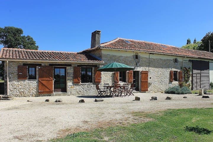Le Masdieu, Farmhouse, sleeps 6-8, + private Pool - Pleuville - 一軒家