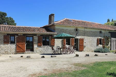 Le Masdieu, Farmhouse, sleeps 6-8, + private Pool - Pleuville