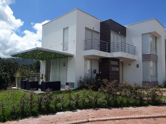 Casa familiar con excelente vista, amplia y comoda