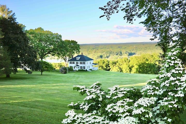 Charming 5 bdrm estate guest cottage