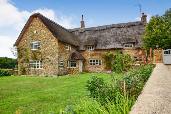 Crooked Cottage with Pool, Hook Norton, Cotswolds