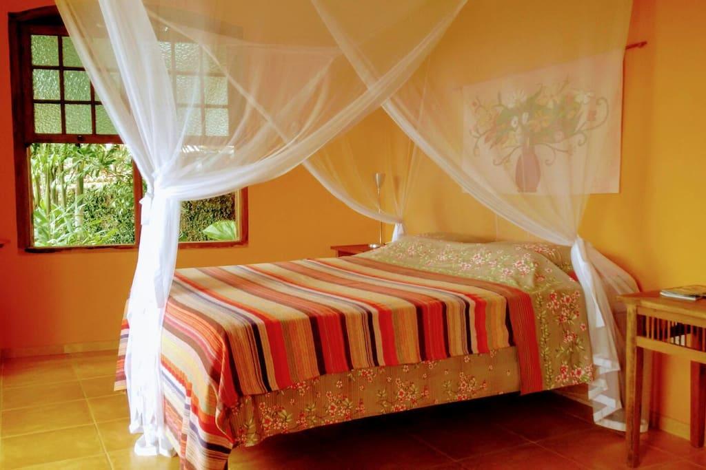 Spacious, independent, decorated with confortable queen-size bed & mosquito-net. Espaçosa, independente, decorada, com cama queen-size confortável& mosquiteiro.