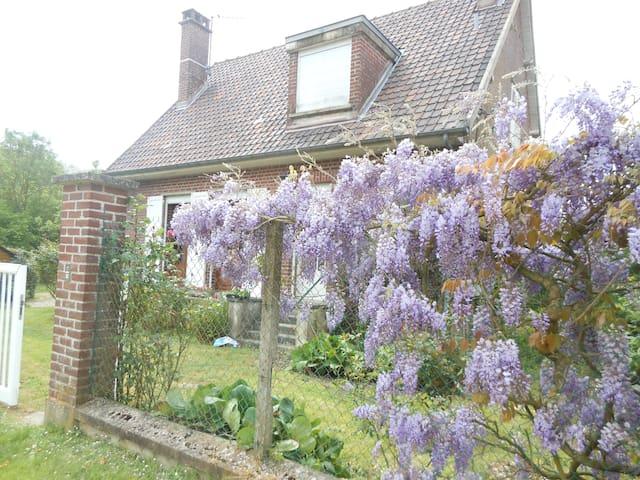 Casa en medio de las flores y al borde del rio - Long - Huis