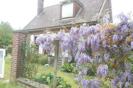 Casa en medio de las flores y al borde del rio - Long