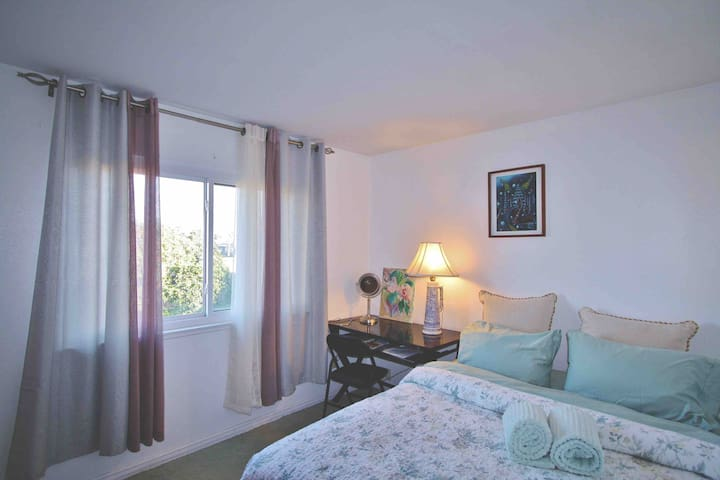 Sunshine California with queen bed