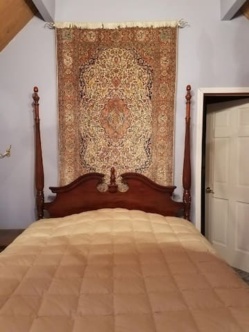 Queen bedroom, featuring an Isfahan