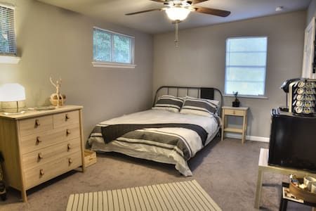 Cozy Forest Room - New Remodel Short Walk Downtown