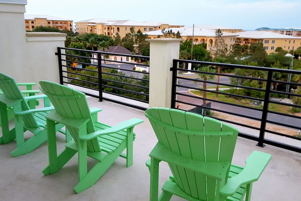 Rooftop deck for sunning, Gulf peekaboo, sunsets and stargazing.