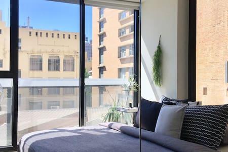 Bright Master Bedroom in Melb CBD (Free Tram Zone)