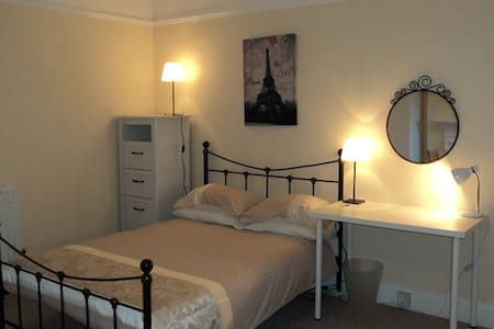 Guildford Town Centre Large Studio Room for Couple - Guildford - Flat