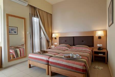 Double/Twin Room inside Dimitra Hotel - Kokkini Hani - Oda + Kahvaltı