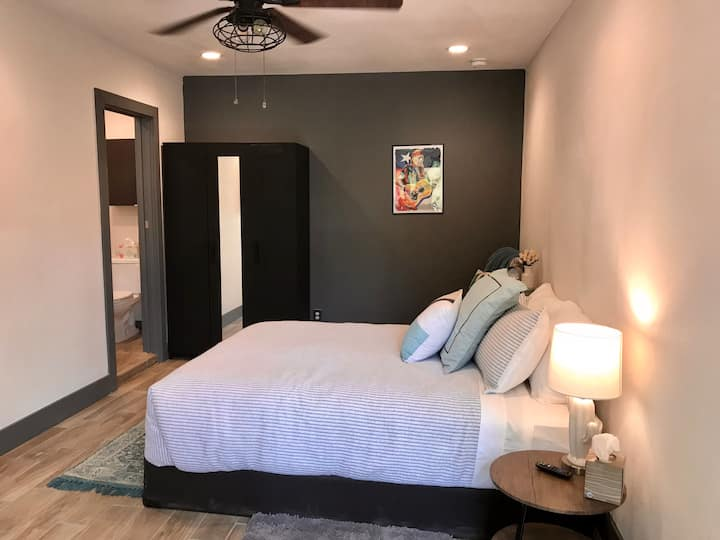 The Comfy Cactus Suite - 10 mins to Downtown!