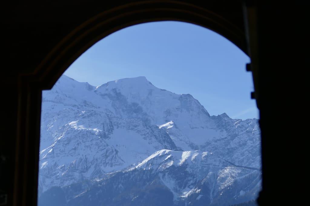 Vue sur le massif du Mont-Blanc depuis le pas de la porte du mazot .