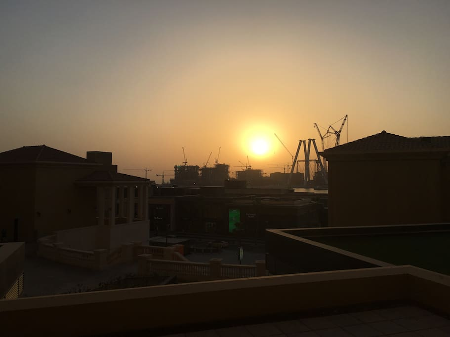 Sunset from the apartment over the Arabian Gulf. You can see they are building the worlds largest Ferris wheel in front of the apartment! Will be crazy spectacle on NYE once finished!! Fireworks are already Amazing during that time from the apartment.