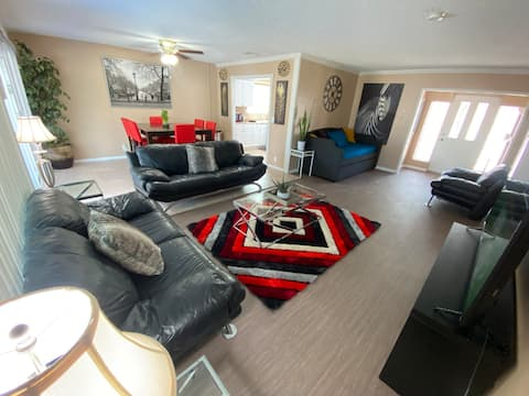 Cozy 3 bedroom w/ pool! 2 minutes from airport!!!