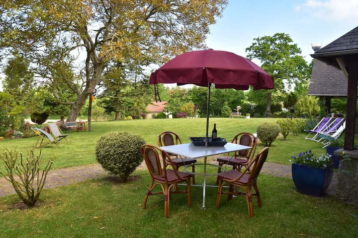Typical Norman farmhouse with free WiFi, a short drive from the coast
