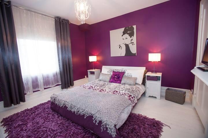 Chambre avec lit double et garde-robe et penderie