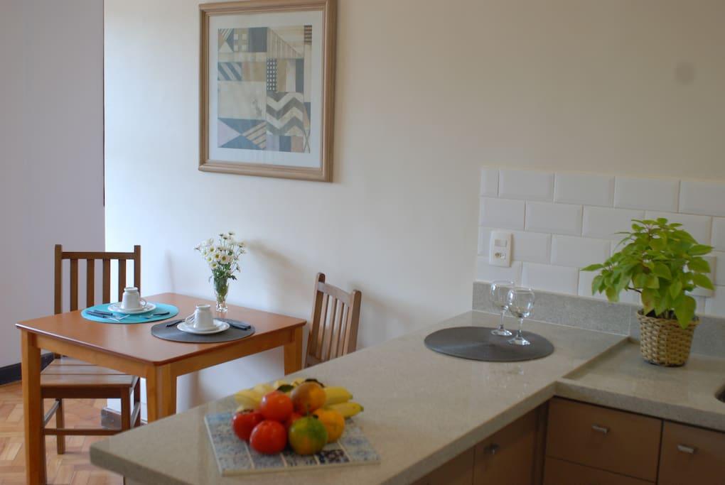 Mesa de jantar próxima ao balcão da cozinha