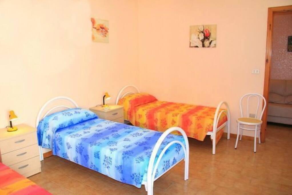 camera da letto con 3 letti singoli