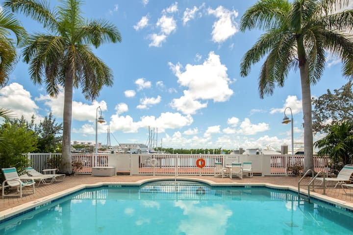 Coconut Cottage ~ Lovely Waterfront Condo ~ pools!