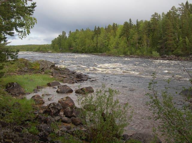 Stuga vid älven nära Järvsöbacken