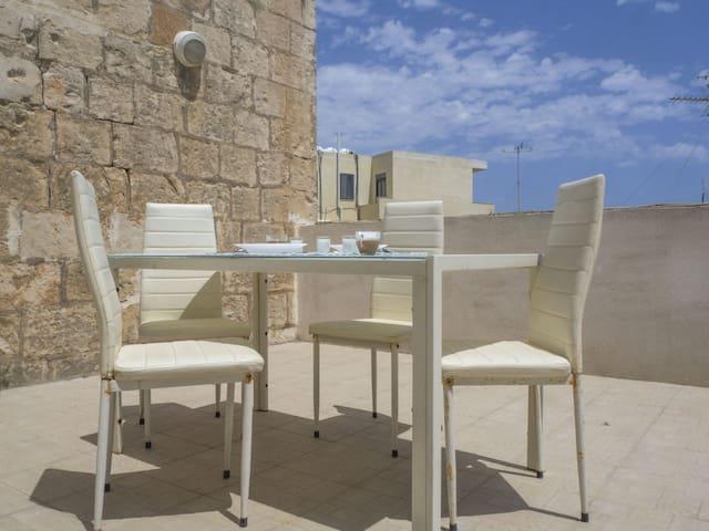 Don't you feel like having lunch/dinner here?