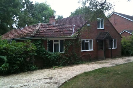 Double Room with Queen bed in Nice Country Chalet - Finchampstead - House