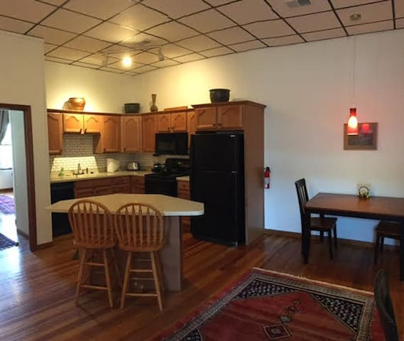Loft Overlooking Town Square - Bloomington - Appartement